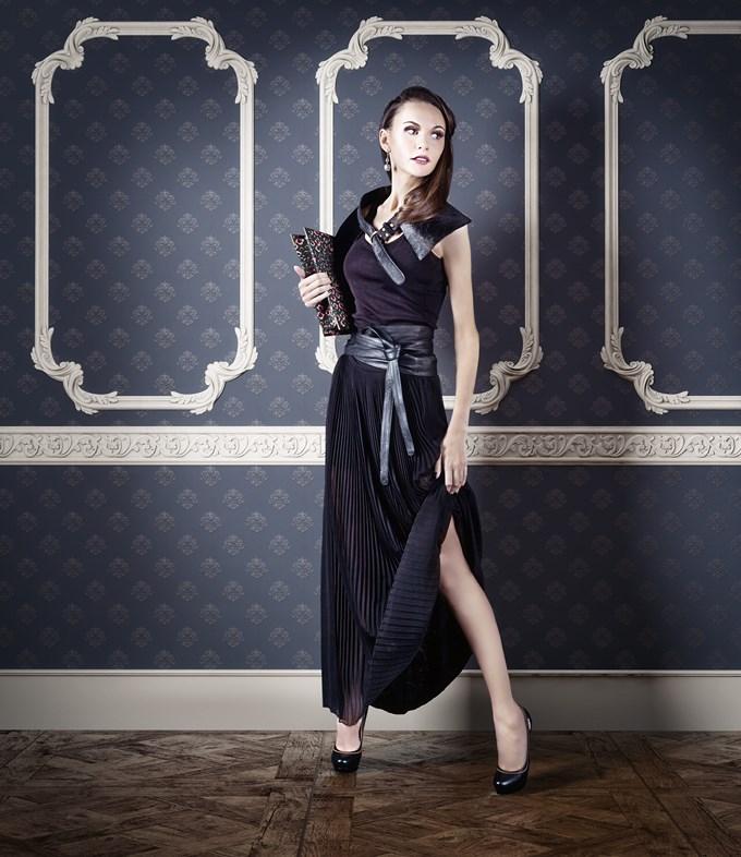 Faut-il oser le total look noir avec une jupe longue ?